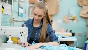 mujer costurera