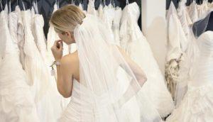 novia escogiendo vestido