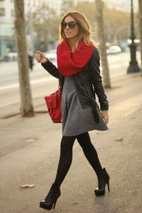 vestido con bufanda y botas