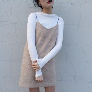 vestido con suéter por debajo