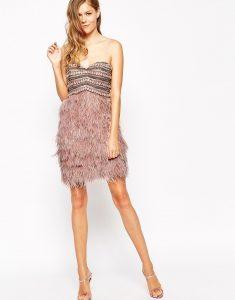 vestido de fiesta con plumas