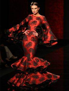 vestido de sevillana e pasarela