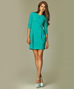 vestido en color llamativo
